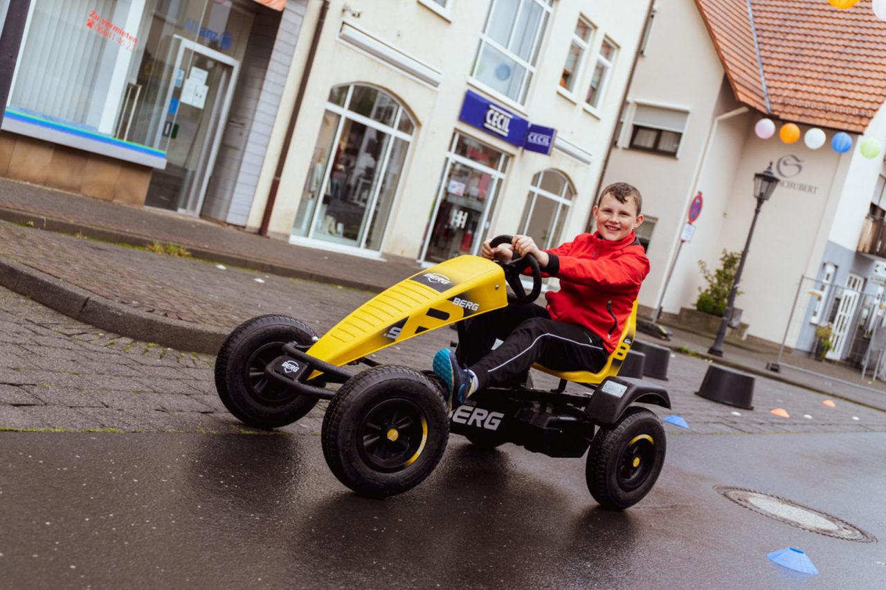 Jung und Alt haben Spaß mit Gokarts bei der Strolch-Olympiade, Das Magazin bietet Gokart-Fahrspaß für jedes Alter.