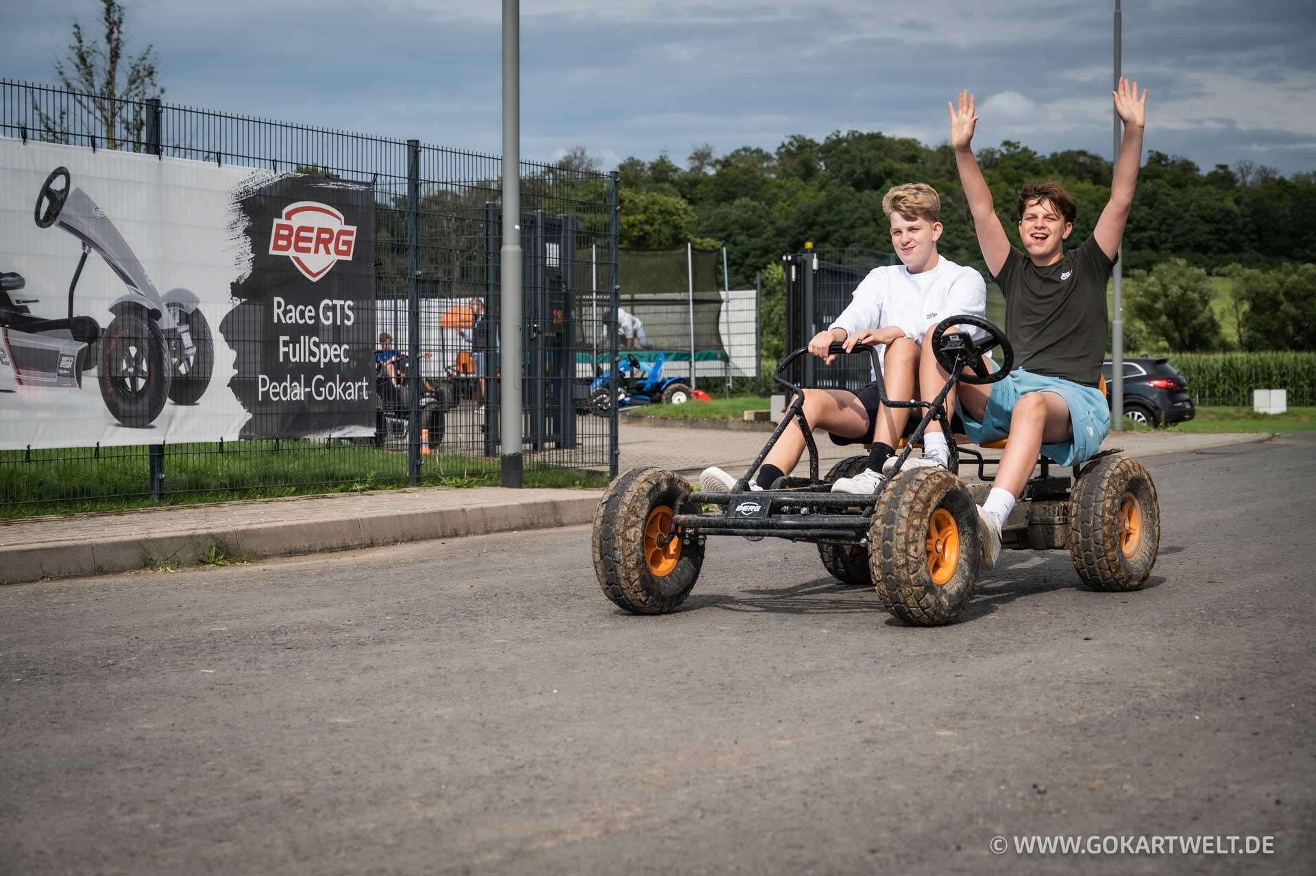 BERG Duo Coaster BFR Pedal-Gokart ist das perfekte Tretauto für zwei, Das Magazin bietet Gokart-Fahrspaß für jedes Alter.